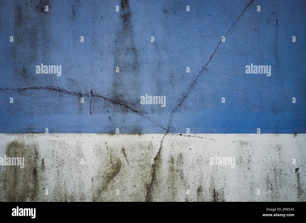 È incrinata e sudicio due-tono di parete dipinta a Hove, East Sussex. Foto Stock