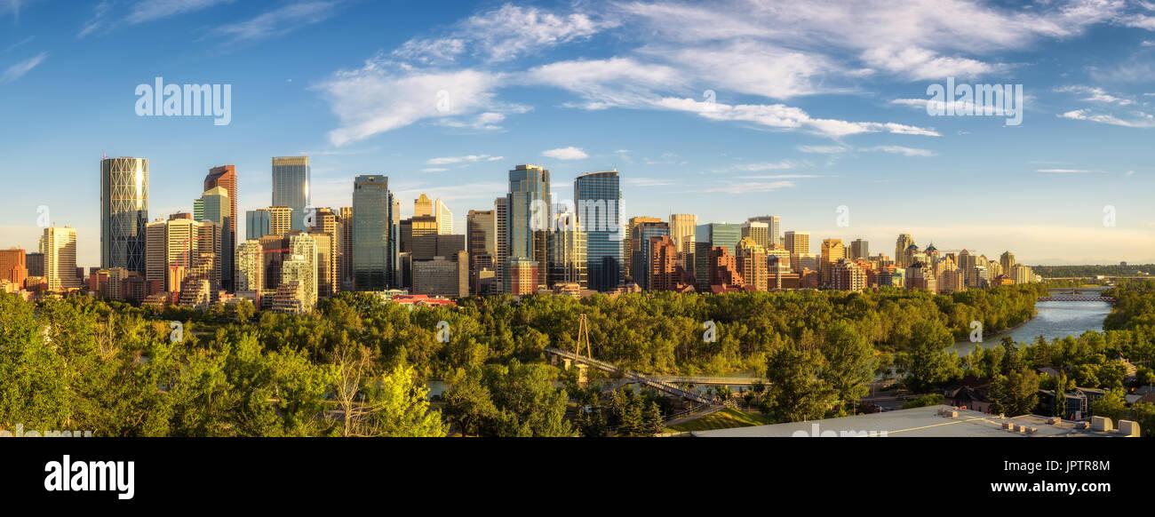Skyline della città di Calgary con il Fiume Bow, Alberta, Canada Immagini Stock