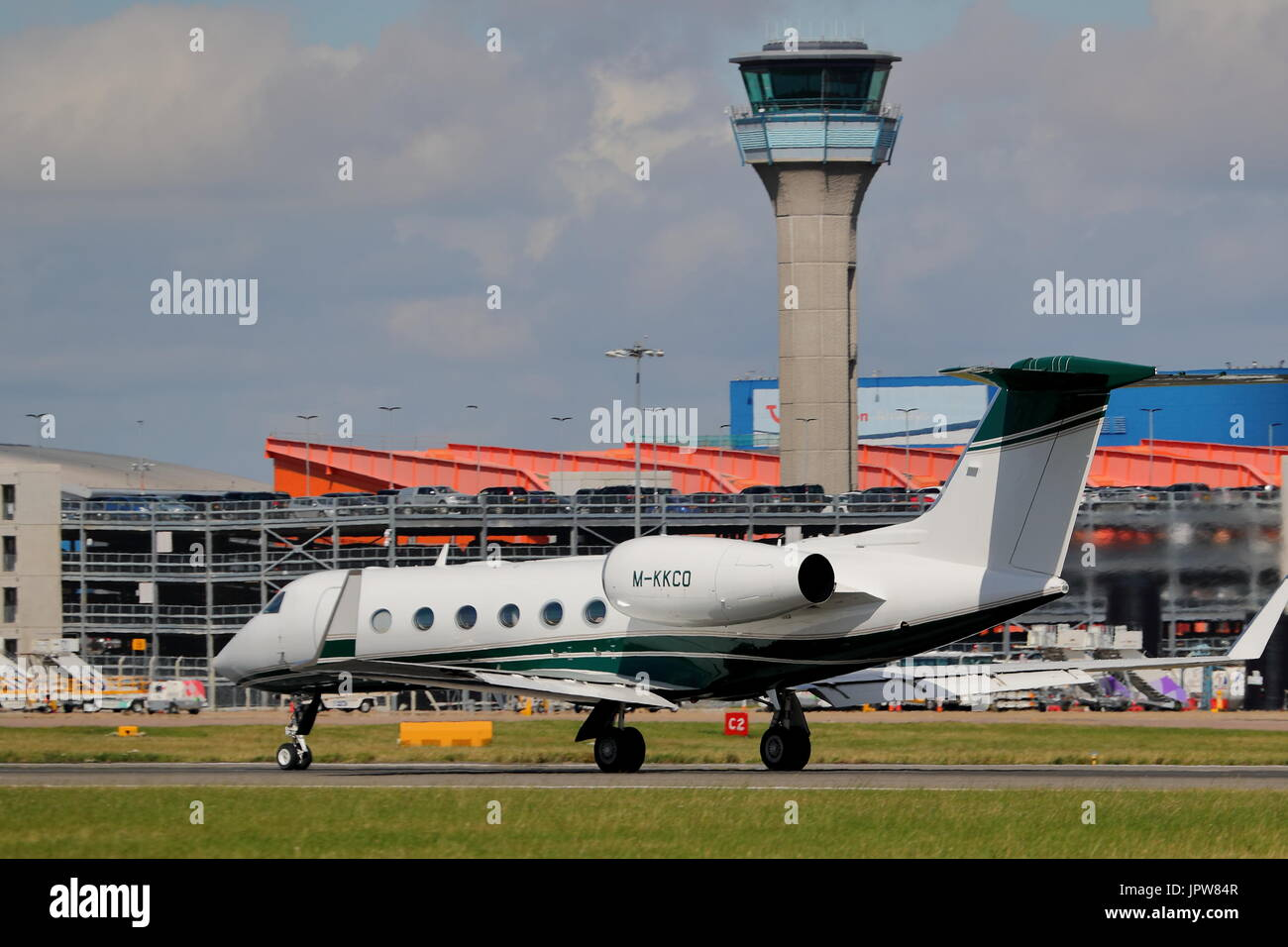 Gulfstream Grumman G450 M-KKCO business jet in decollo a Londra Luton, Regno Unito Immagini Stock
