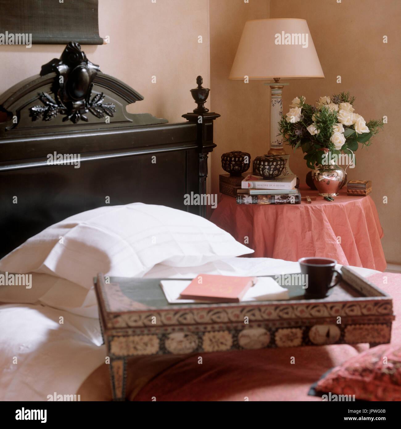 Il vassoio sul letto Foto Stock