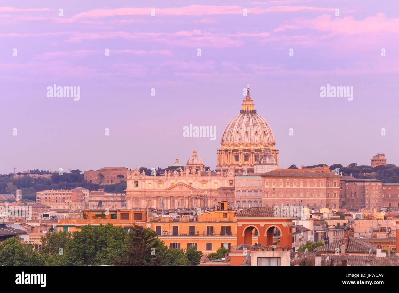 San Pietro Cattedrale al tramonto in Roma, Italia. Foto Stock