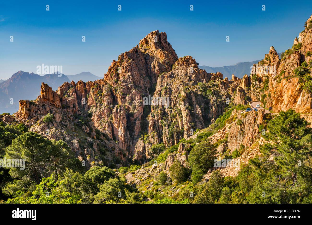 Orange porphyritic rocce di granito a Les Calanche de Piana, Sito Patrimonio Mondiale dell'UNESCO, Corse-du-Sud, Corsica, Francia Immagini Stock