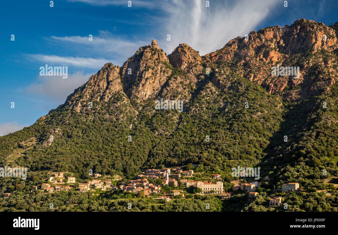 Capo d'Ota massiccio oltre la collina città di Ota, Gorges de Spelunca, Corse-du-Sud, Corsica, Francia Immagini Stock