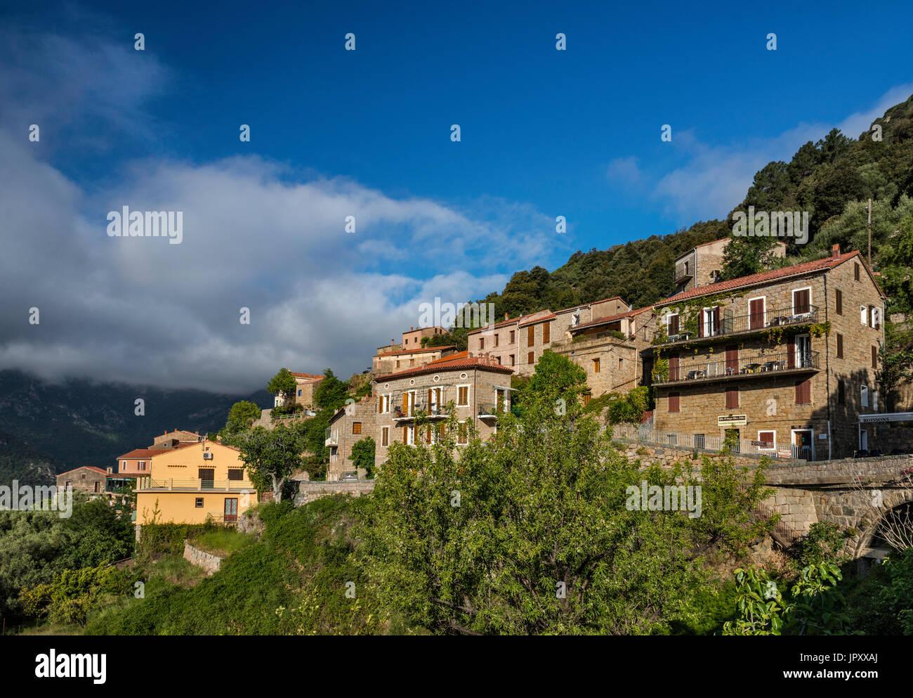 Città sulla collina di Ota, Gorges de Spelunca, Corse-du-Sud, Corsica, Francia Immagini Stock