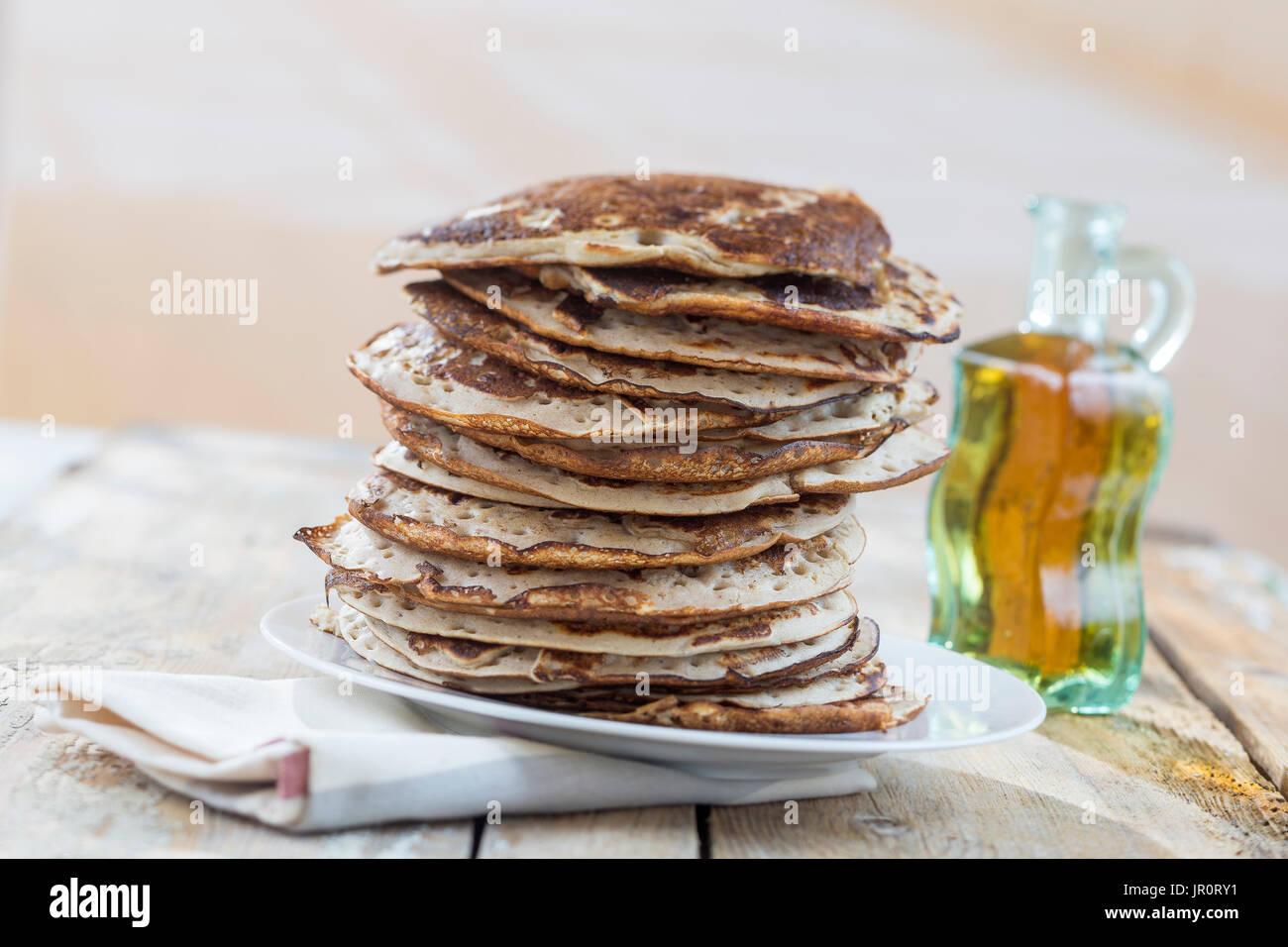Glutten-free frittelle con marmellata e sciroppo d'acero, ingredienti, sfondo Immagini Stock