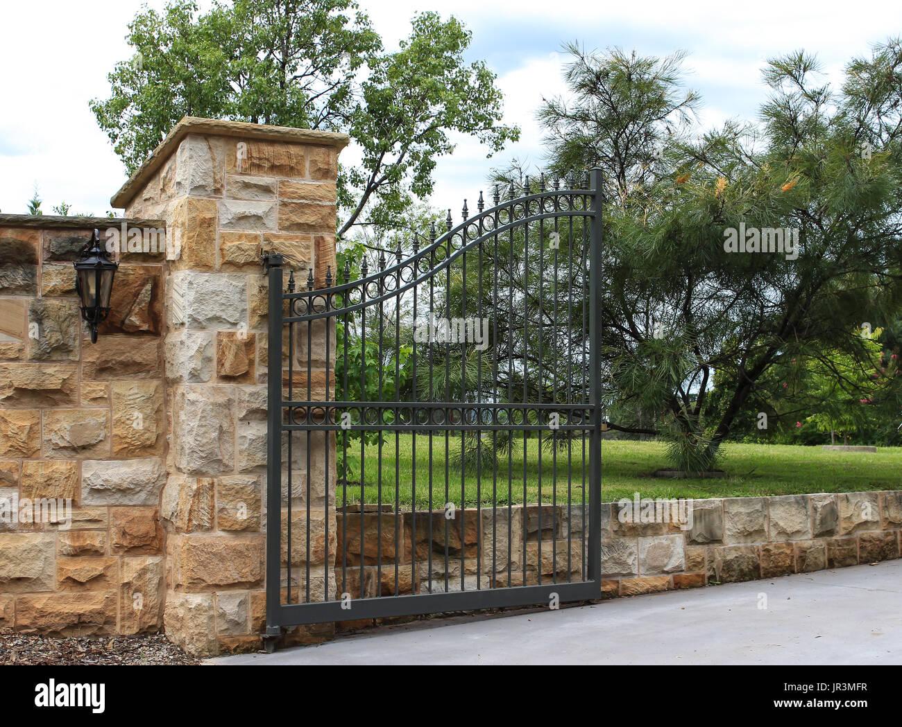 Mattoni Per Recinzione Giardino.Metallo Nero Carraio Cancello Di Ingresso Impostato In