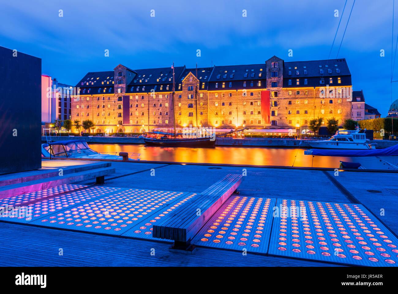 Vecchia banchina con gli elementi moderni nel quartiere centrale di Copenhagen DANIMARCA Immagini Stock