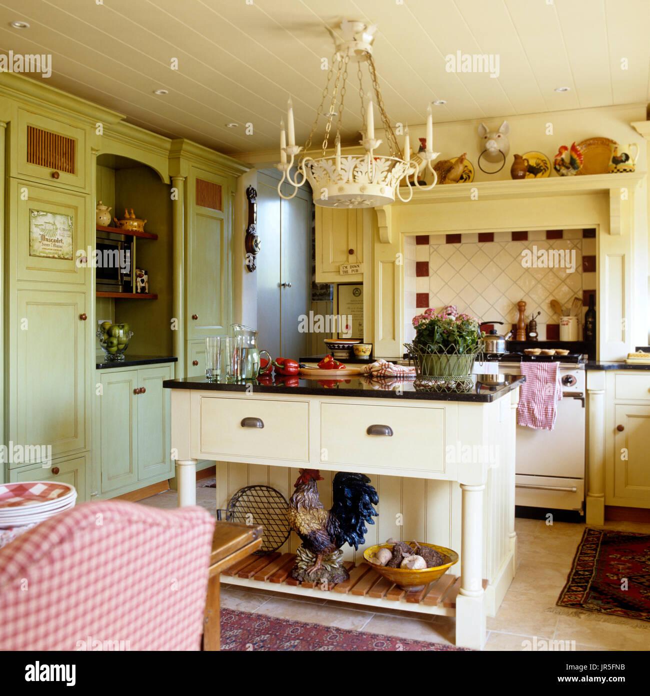 In stile country cucina con lampadario Foto & Immagine Stock ...