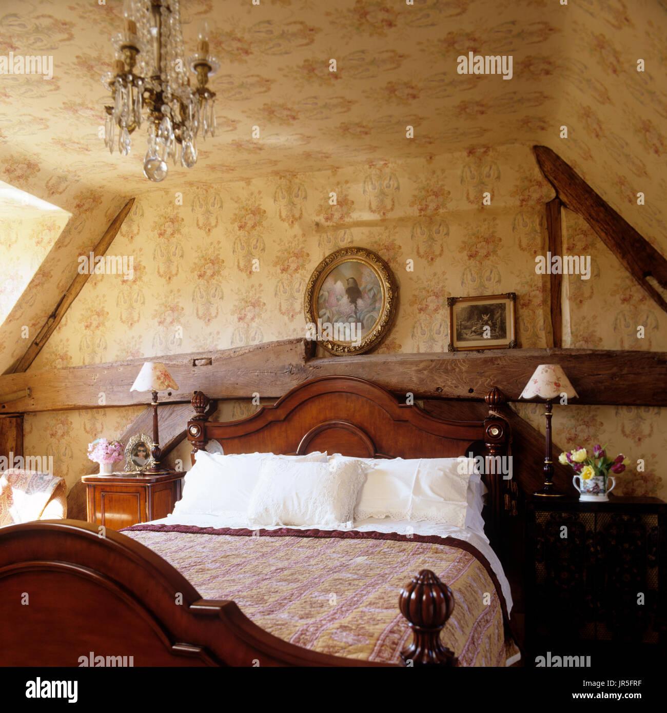 Lampadari In Camera Da Letto camera da letto in stile rustico con lampadario foto