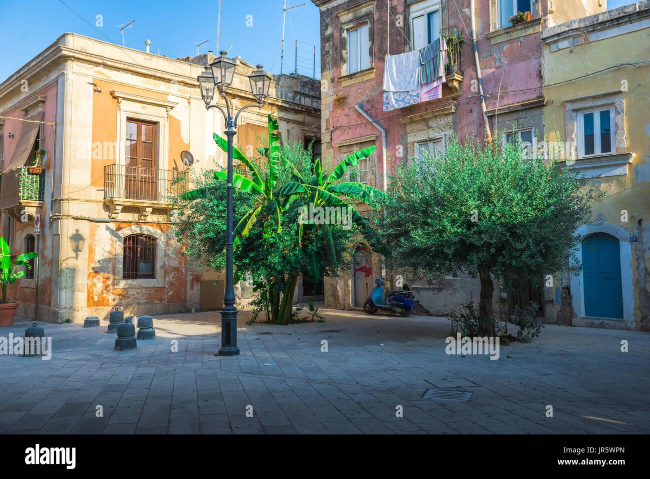 Ortigia Sicilia città vecchia, una piccola piazza racchiuso nella storica città vecchia di Ortigia, Siracusa, Sicilia. Immagini Stock