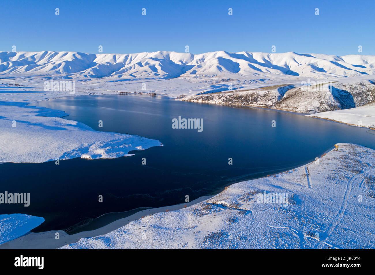 Falls Dam e Gamma Hawkdun in inverno, Maniototo di Central Otago, South Island, in Nuova Zelanda - antenna fuco Foto Stock
