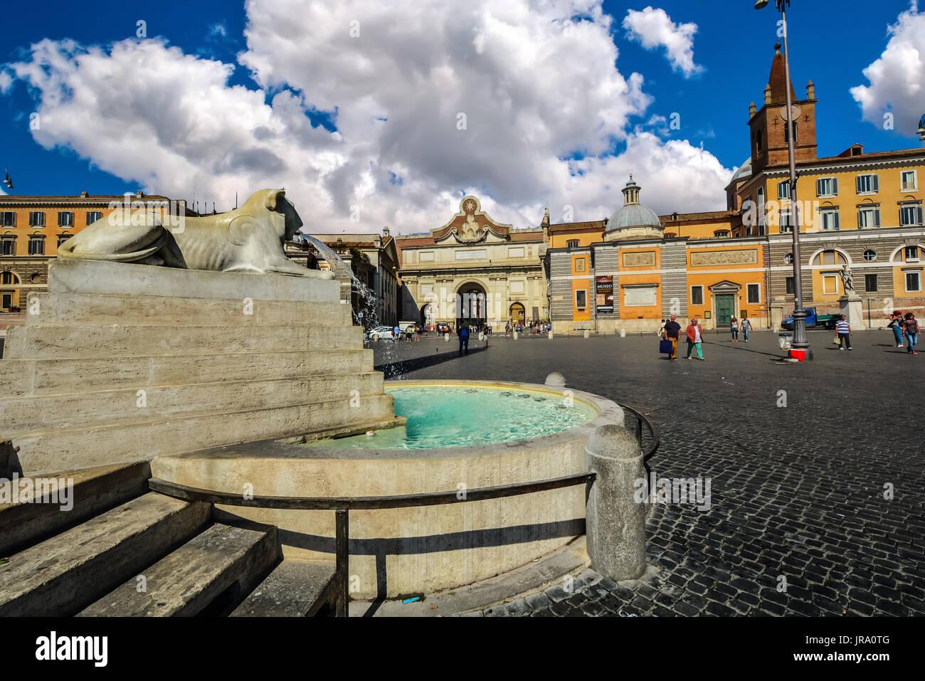 Fontana di Lion o la Fontana dei Leoni in Piazza Del Popolo su un soleggiato, poco nuvoloso giorno a Roma Italia Immagini Stock