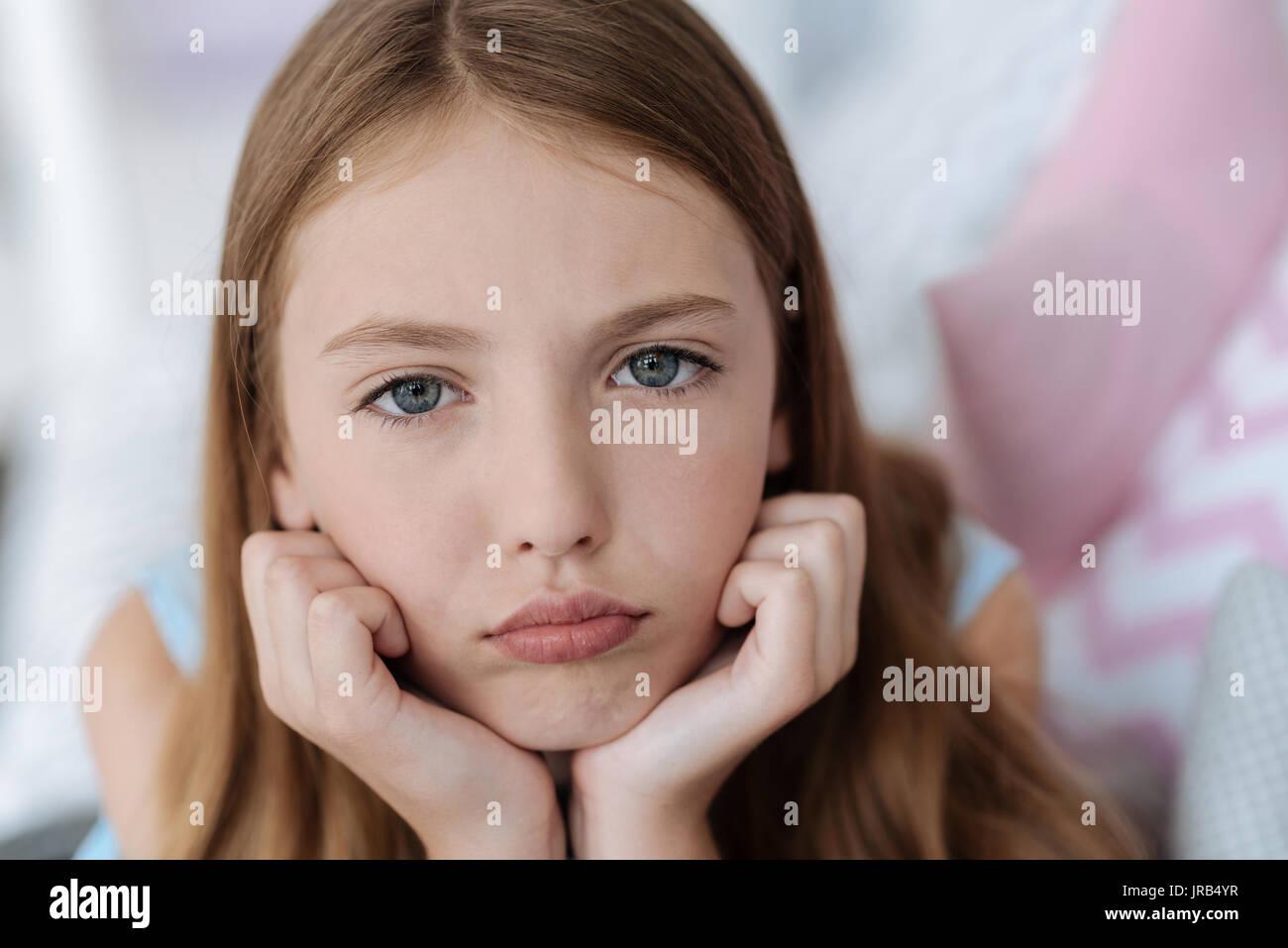 Triste signora giovane guardando nella telecamera Immagini Stock