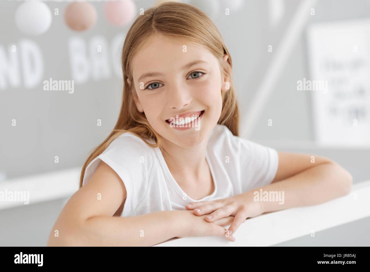 Ritratto di giovane raggiante signora sorridente Immagini Stock