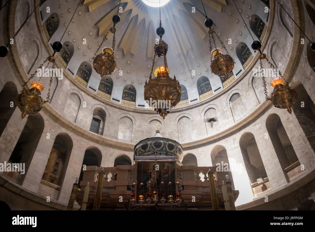 Cupola della sezione centrale della chiesa del Santo Sepolcro nella Città Vecchia di Gerusalemme con la luce del sole in streaming Immagini Stock