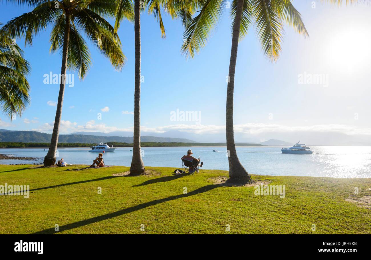 Persone e rilassante guardando il tramonto da Rex Smeal Park, Port Douglas, estremo Nord Queensland, FNQ, QLD, Australia Immagini Stock