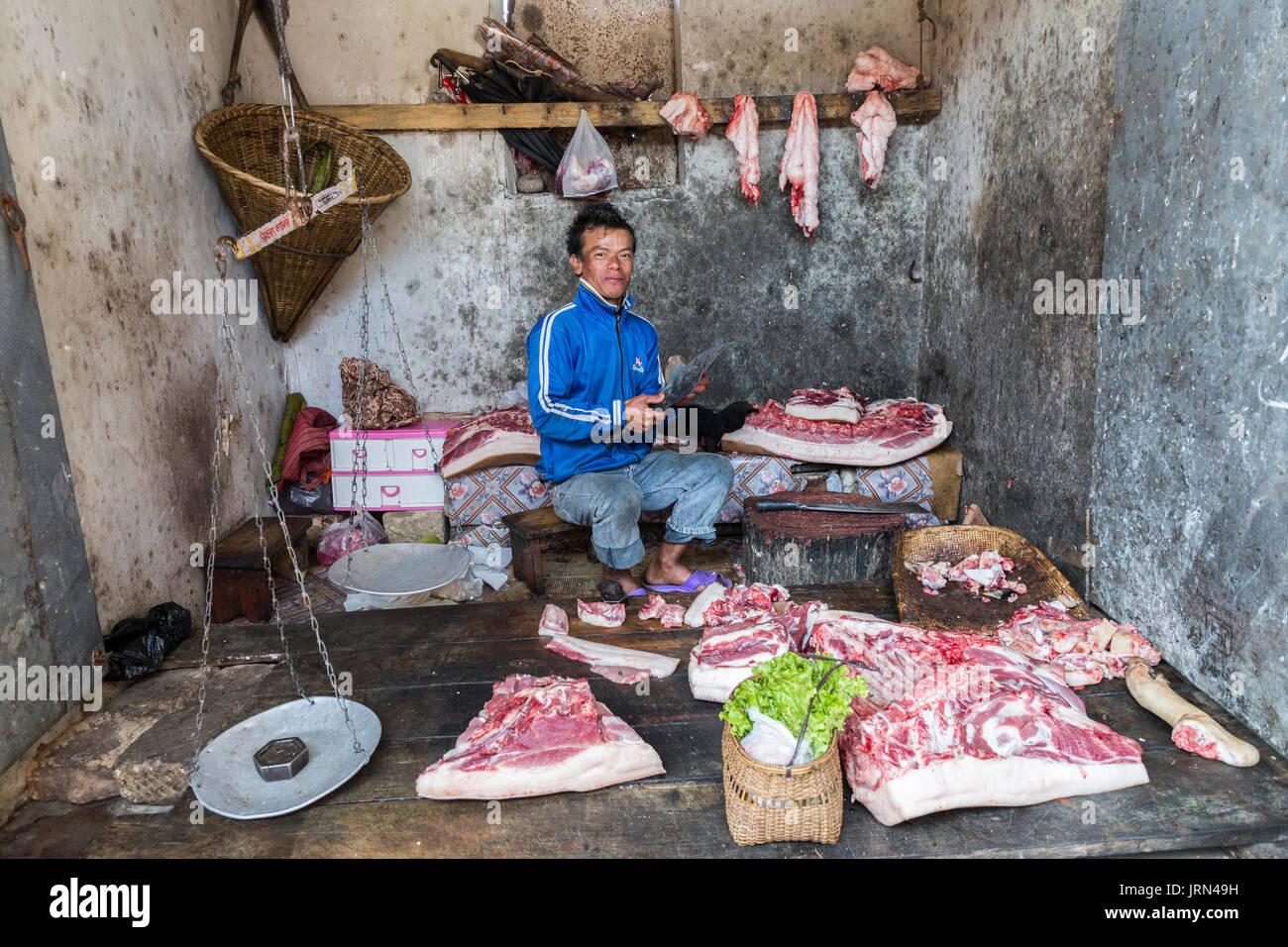 Macellaio vendita di carne, Mawsynram, Meghalaya, India Immagini Stock