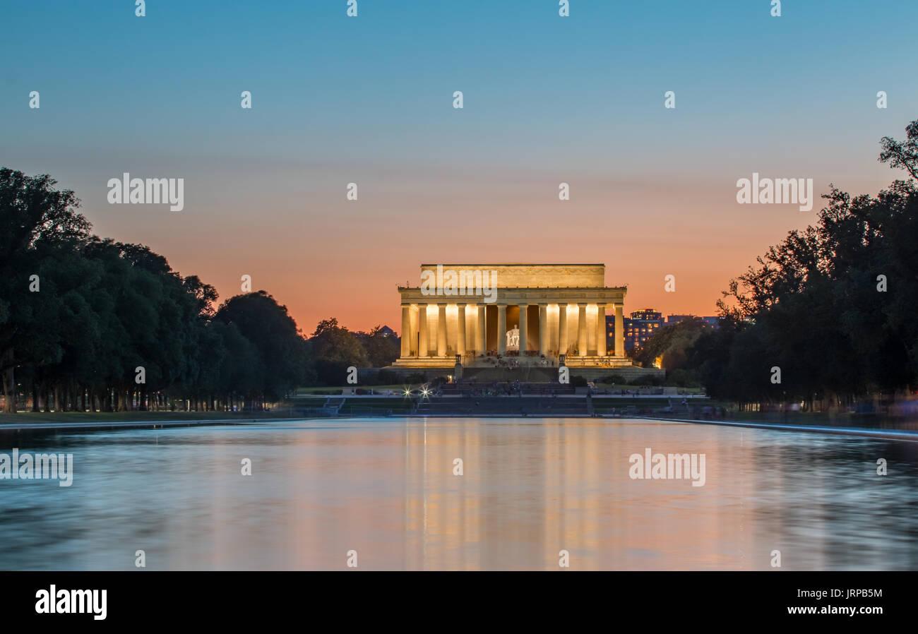 Il Lincoln Memorial al tramonto con i turisti a lampeggiare Immagini Stock