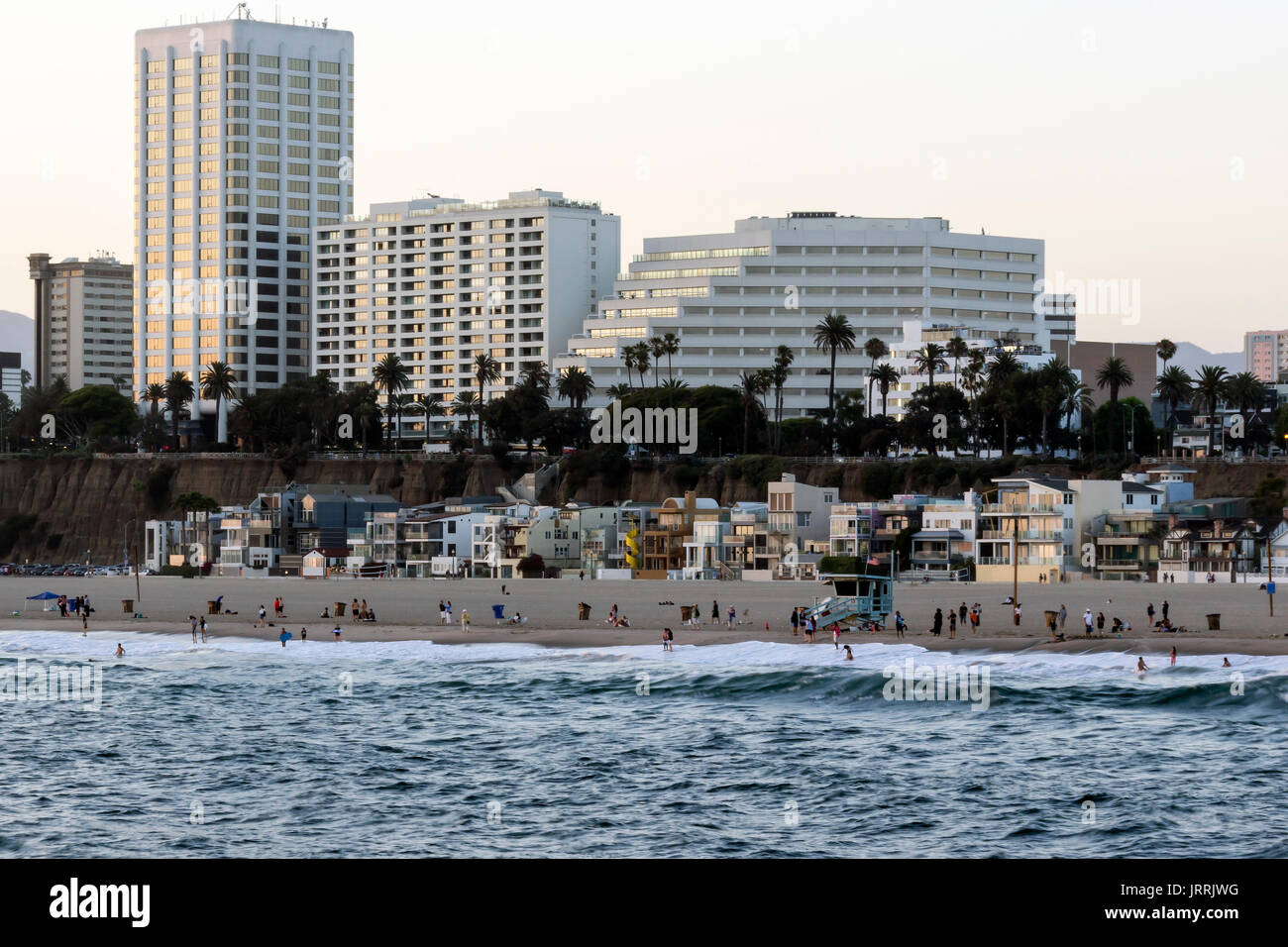 Playas de Santa Monica, cercano un la Ciudad de Los Angeles CA, la foto fue tomada desde el Muelle de Santa Monica antes del anochecer Immagini Stock
