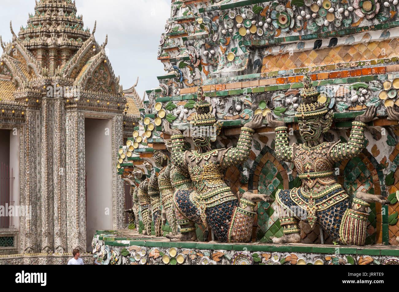 Antiche Figure cinesi decorate con piastrelle di ceramica, al Wat Arun tempio, sul Fiume Chao Phraya. Yai district, Bangkok, Thailandia Immagini Stock