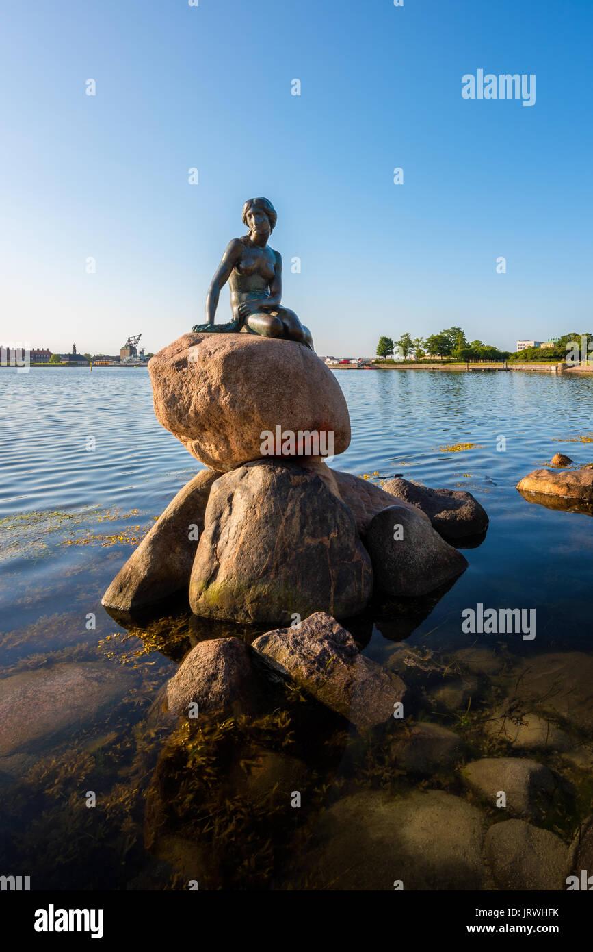 La famosa statua della Sirenetta nel porto di Copenhagen, Danimarca Immagini Stock