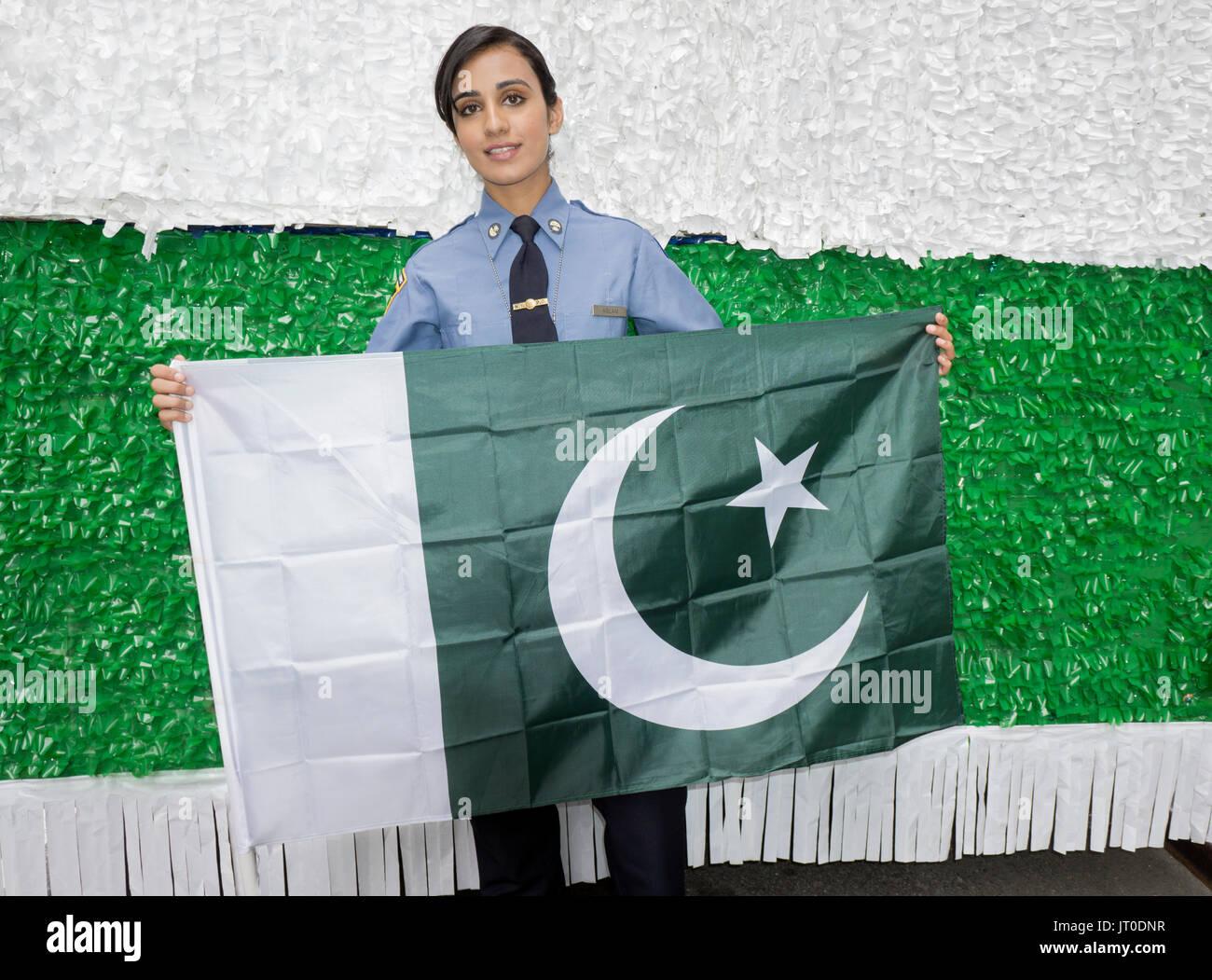 Un pakistano American Girl chi è traning presso l'Accademia di polizia di essere a New York City poliziotta. Al Pakistan parata del giorno a Manhattan NYC. Cooperazione di polizia Immagini Stock