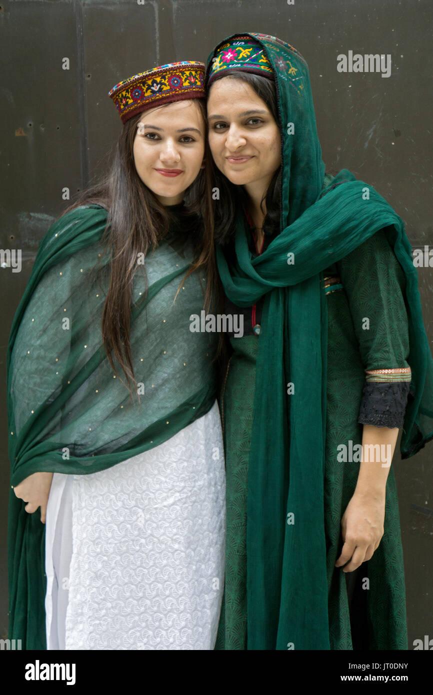 Cugini pakistani da Gilgit provincia indossando cappelli iraghi al Pakistan annuale parata del giorno in Midown Manhattan, New York City. Immagini Stock