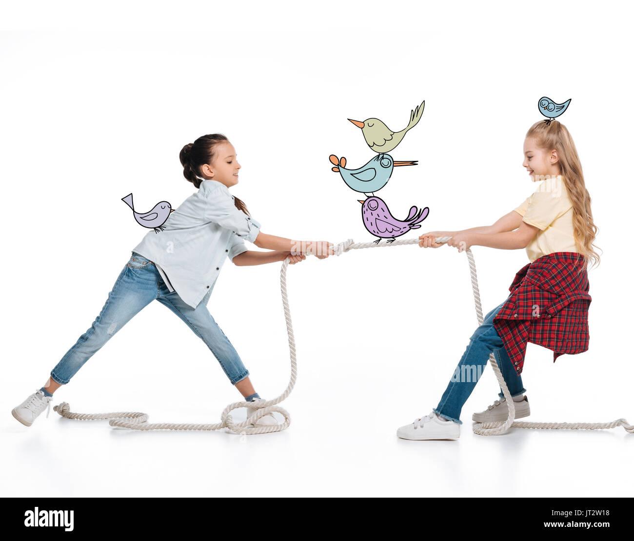 Le ragazze a tirare in alto la corda Immagini Stock