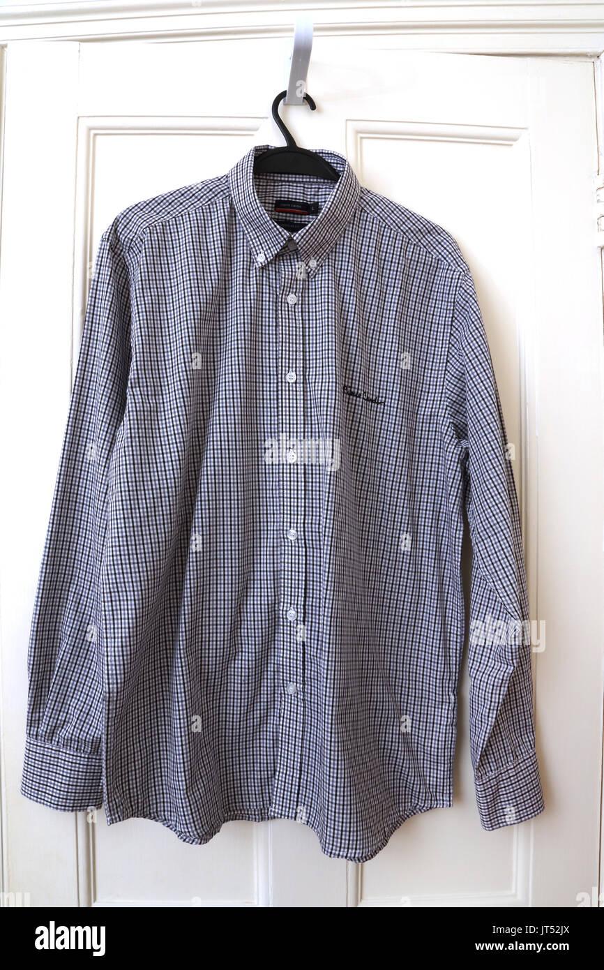 Piere Cardin Shirt nero e bianco con collare Immagini Stock