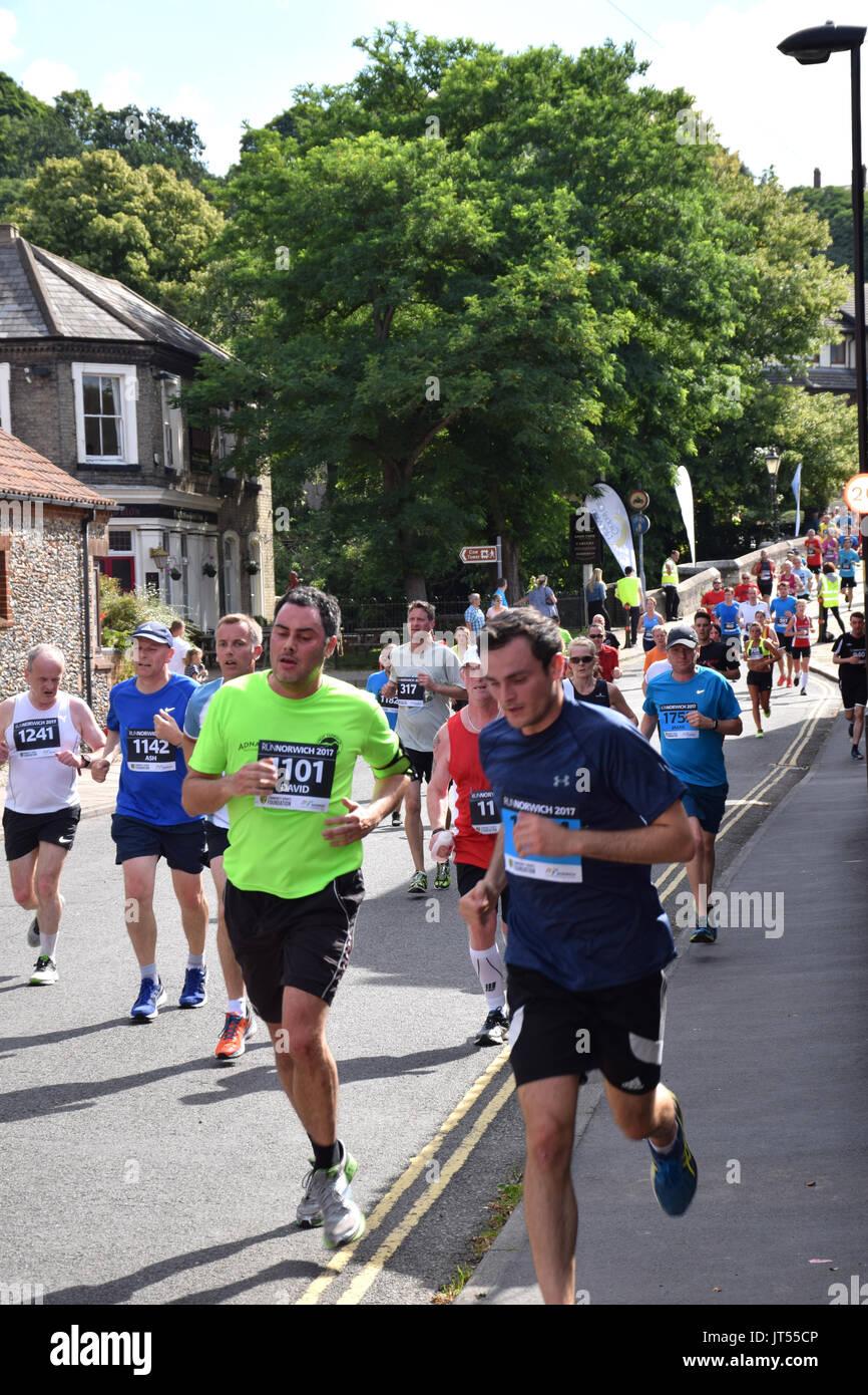 Norwich Regno Unito. Il 6 agosto 2017. 4700 persone hanno preso parte all'annuale eseguire Norwich 10k la gara su strada organizzata da Norwich City FC Comunità Sports Foundation. Immagini Stock