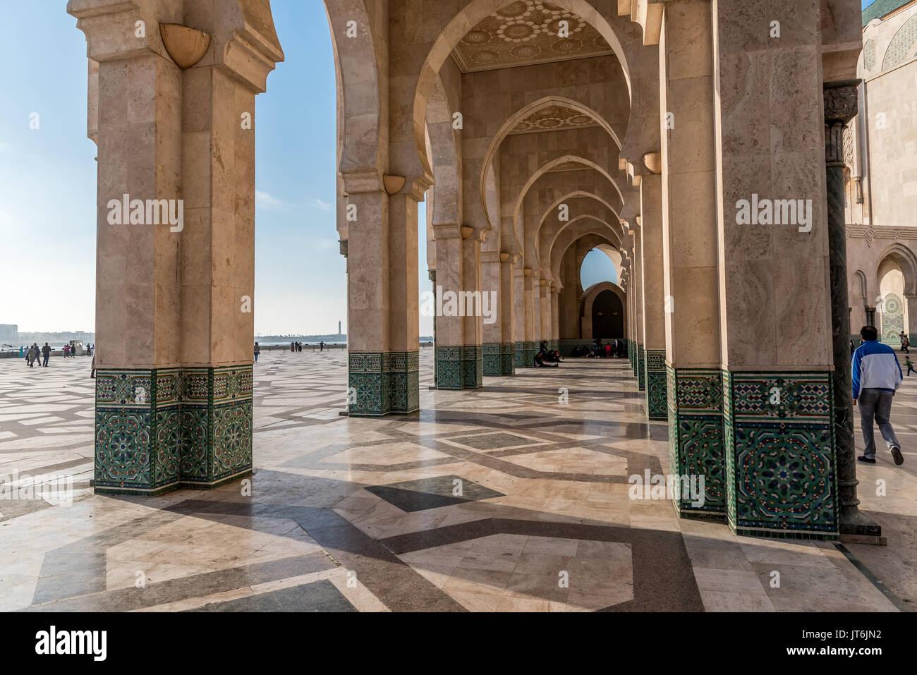 Arcade con decorazione islamica, la Moschea Hassan II a Casablanca, Marocco Immagini Stock