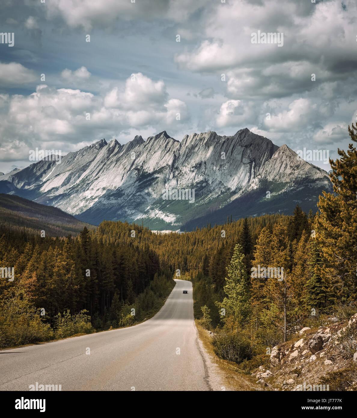 Vista panoramica della strada e montagne rocciose canadesi sulla Icefields Parkway. Si viaggia attraverso Parchi Nazionali di Banff e Jasper e offre una vista spettacolare di Immagini Stock