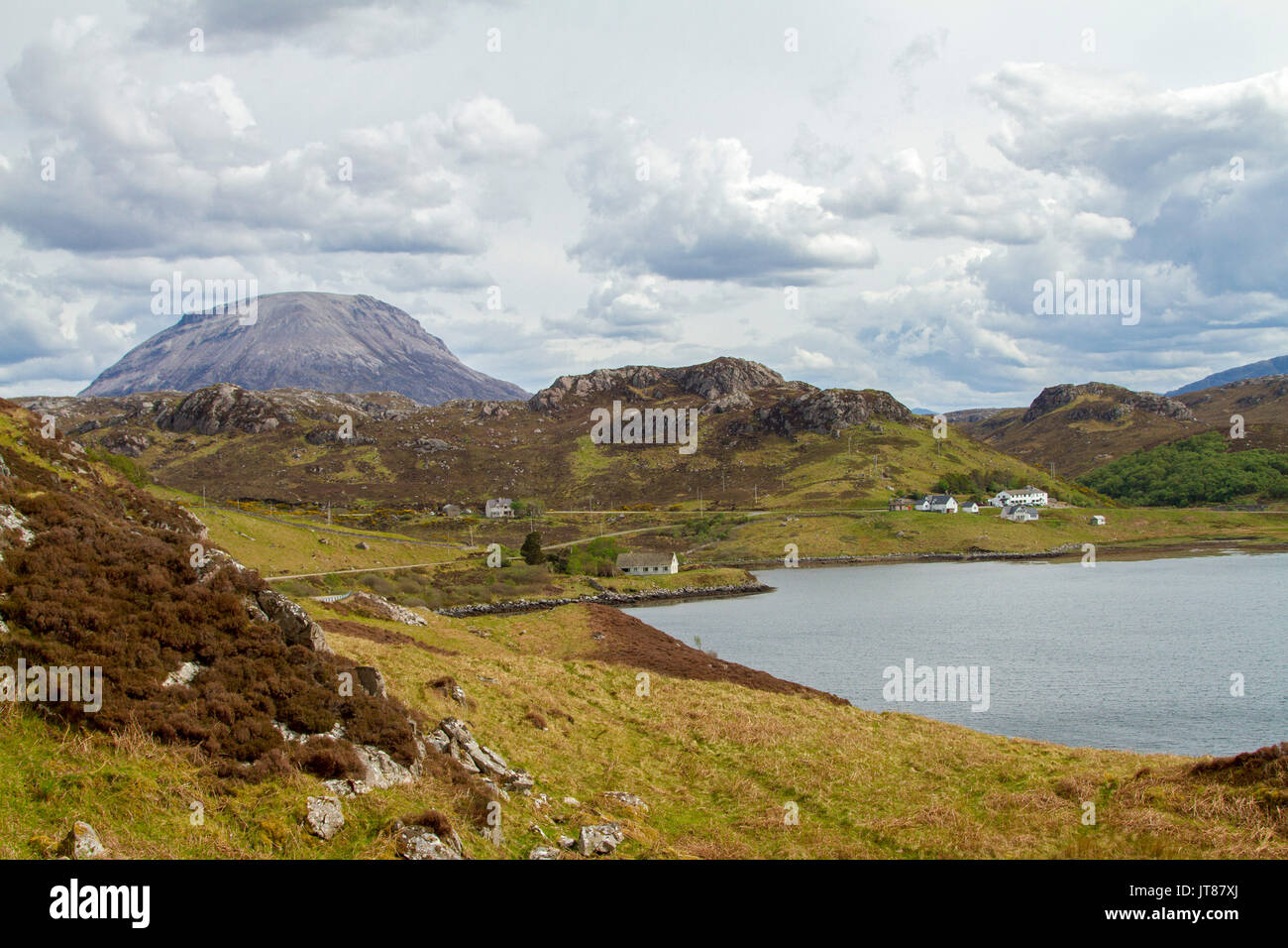 Strada stretta snacking attraverso highlands scozzesi paesaggio, passato crofters cottage con vista del Loch Inchard Foto Stock