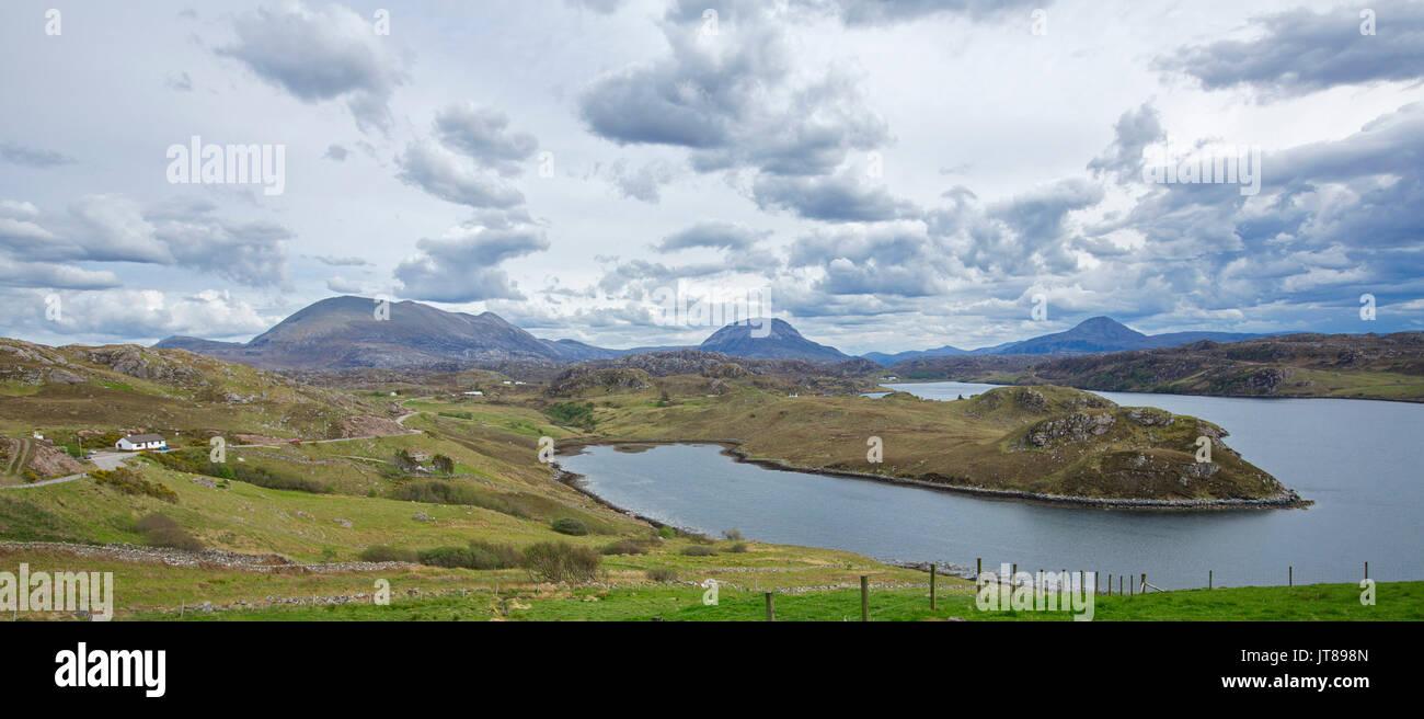 Vista panoramica di Loch Inchard con paesaggio dominato da acqua e montagne adiacenti vicino Kinlochbervie, Scozia Foto Stock