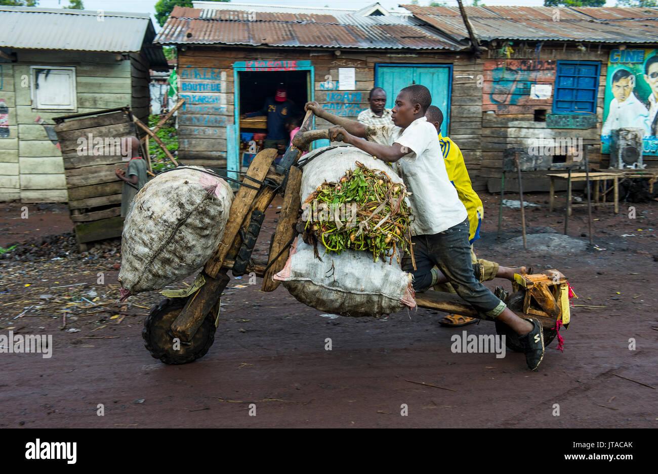 Uomo locale di trasportare le loro merci su self made vettori, Goma, nella Repubblica democratica del Congo, Africa Immagini Stock
