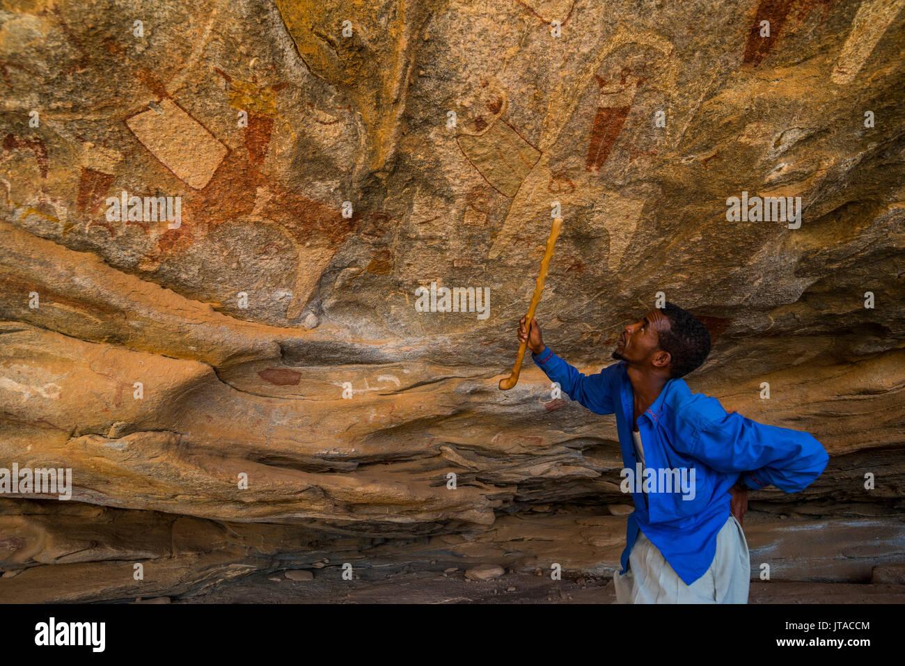 Guida a puntamento pitture rupestri in Lass Geel grotte, il Somaliland e la Somalia, Africa Immagini Stock