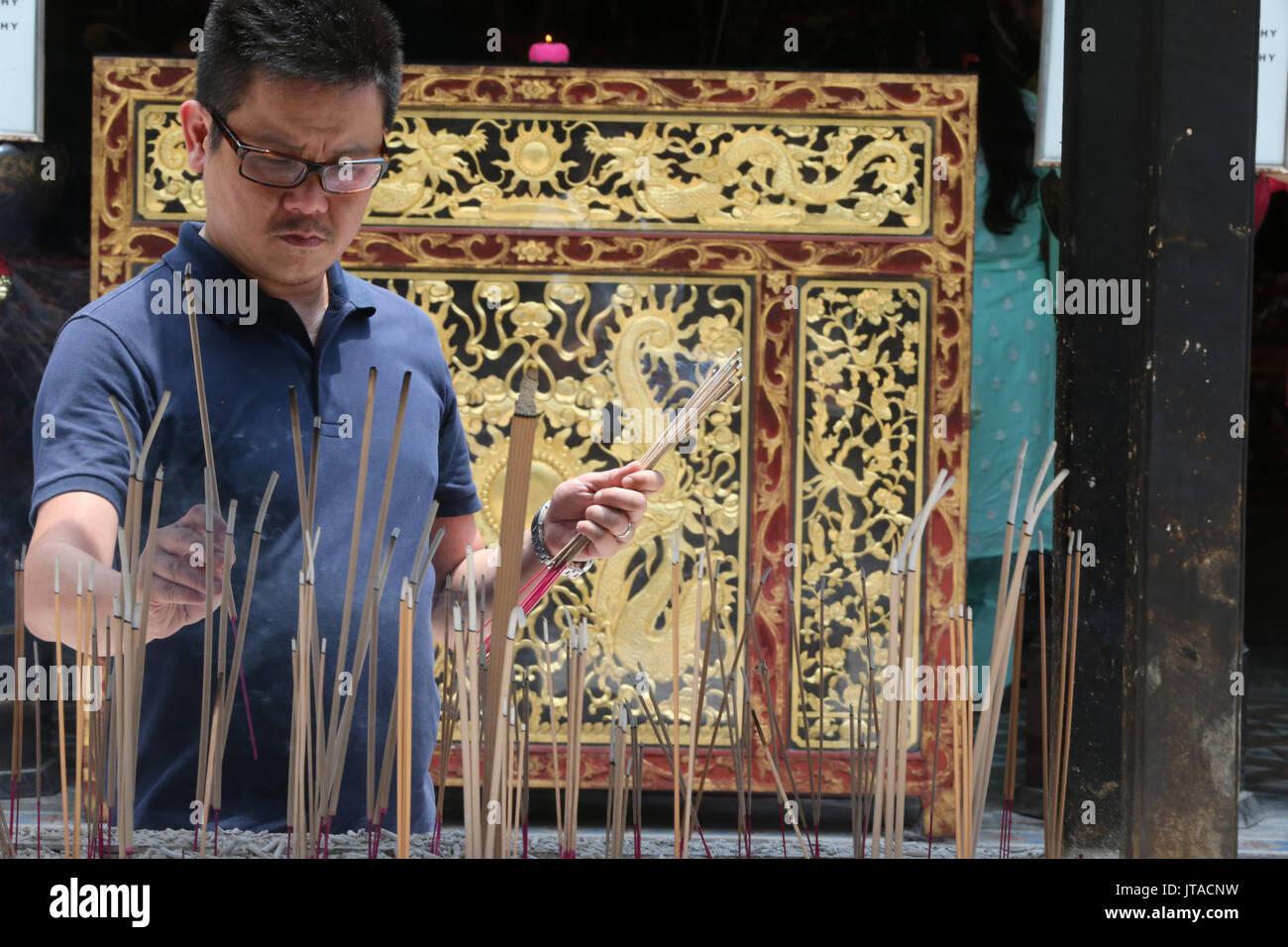 Un uomo cinese a pregare e ad offrire incenso, Thian Hock Keng Temple, Singapore, Sud-est asiatico, in Asia Immagini Stock