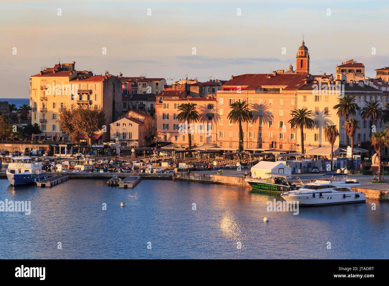 Ajaccio waterfront presso sunrise, dal mare, Isola di Corsica, Mediterraneo, Francia, Mediterraneo, Europa Immagini Stock