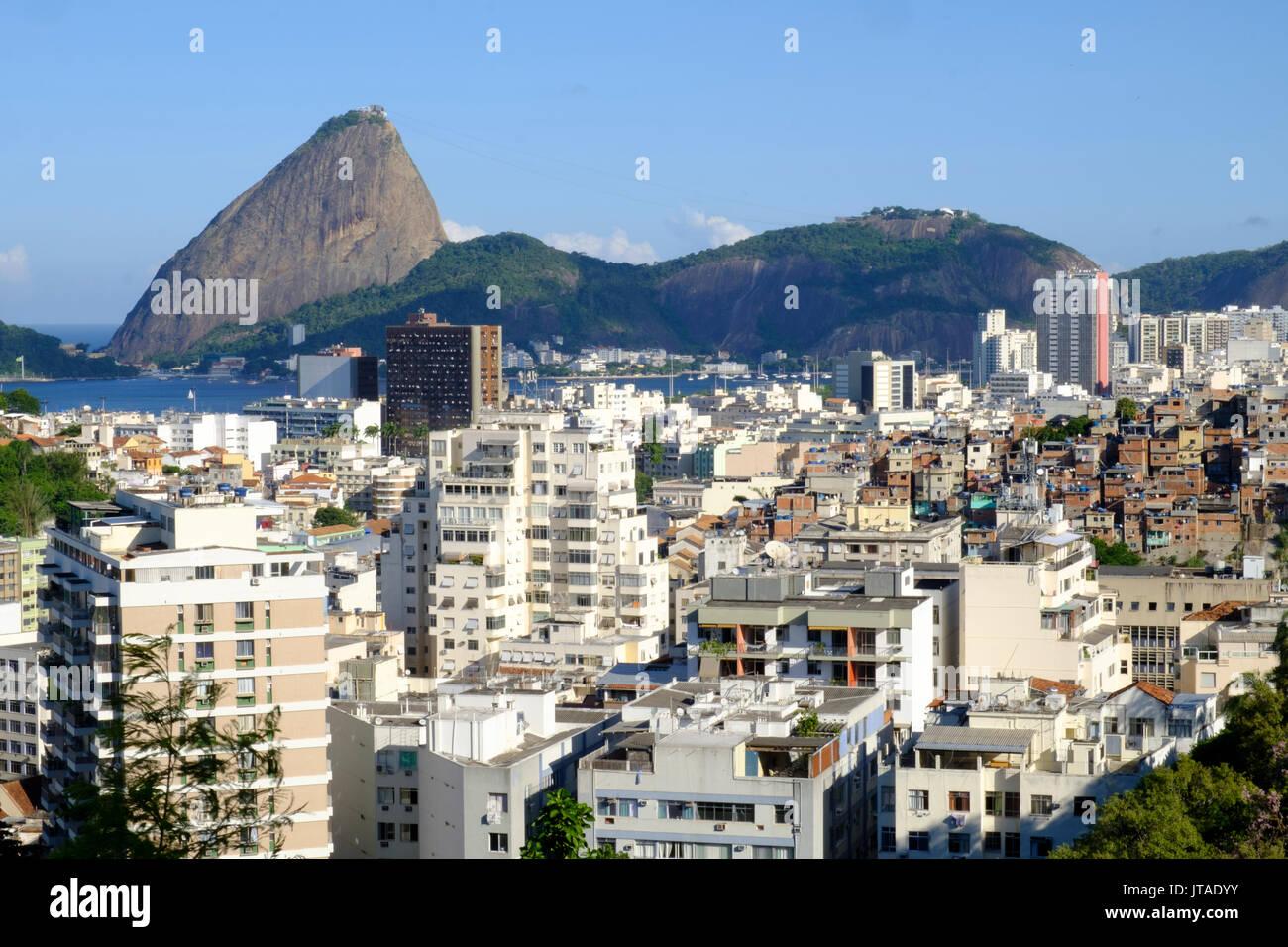 Vista di una favela con il Pan di Zucchero in background, Rio de Janeiro, Brasile, Sud America Immagini Stock