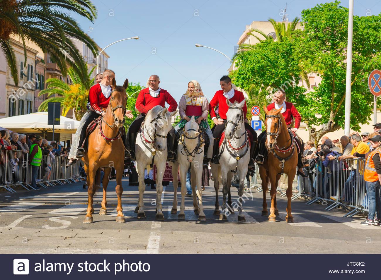 Sardegna festival Cavalcata, durante la Cavalcata festival sardi in costume locale cavalcare i loro cavalli nel gran processione attraverso Sassari. Immagini Stock