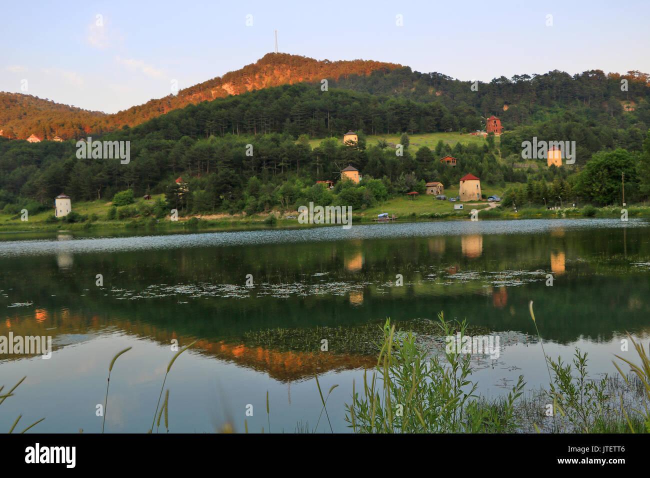 Mulini a vento laterale del lago Cubuk, Bolu, Turchia Immagini Stock