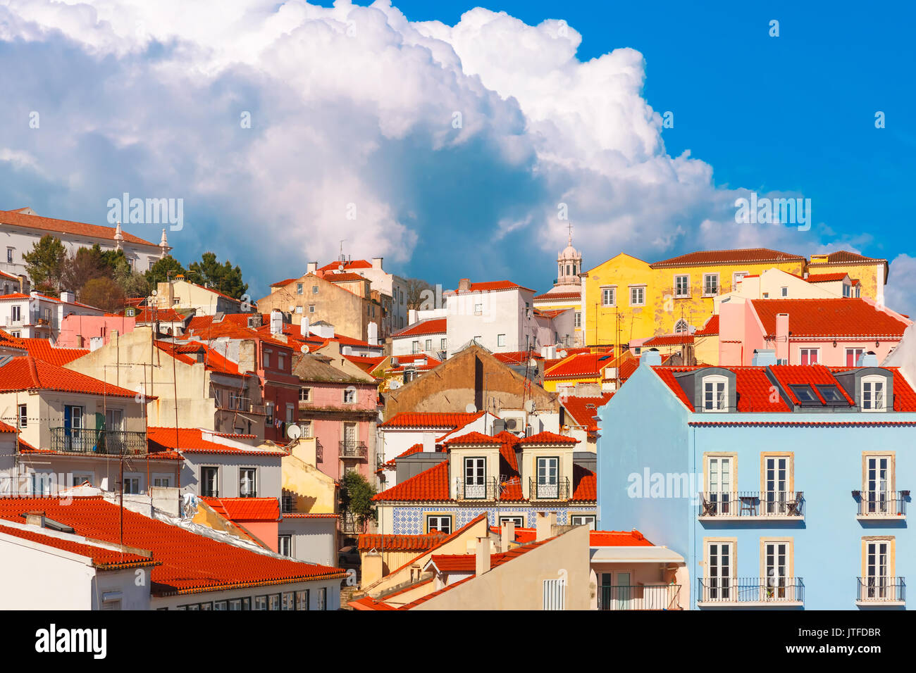 Alfama in un pomeriggio soleggiato, Lisbona, Portogallo Immagini Stock