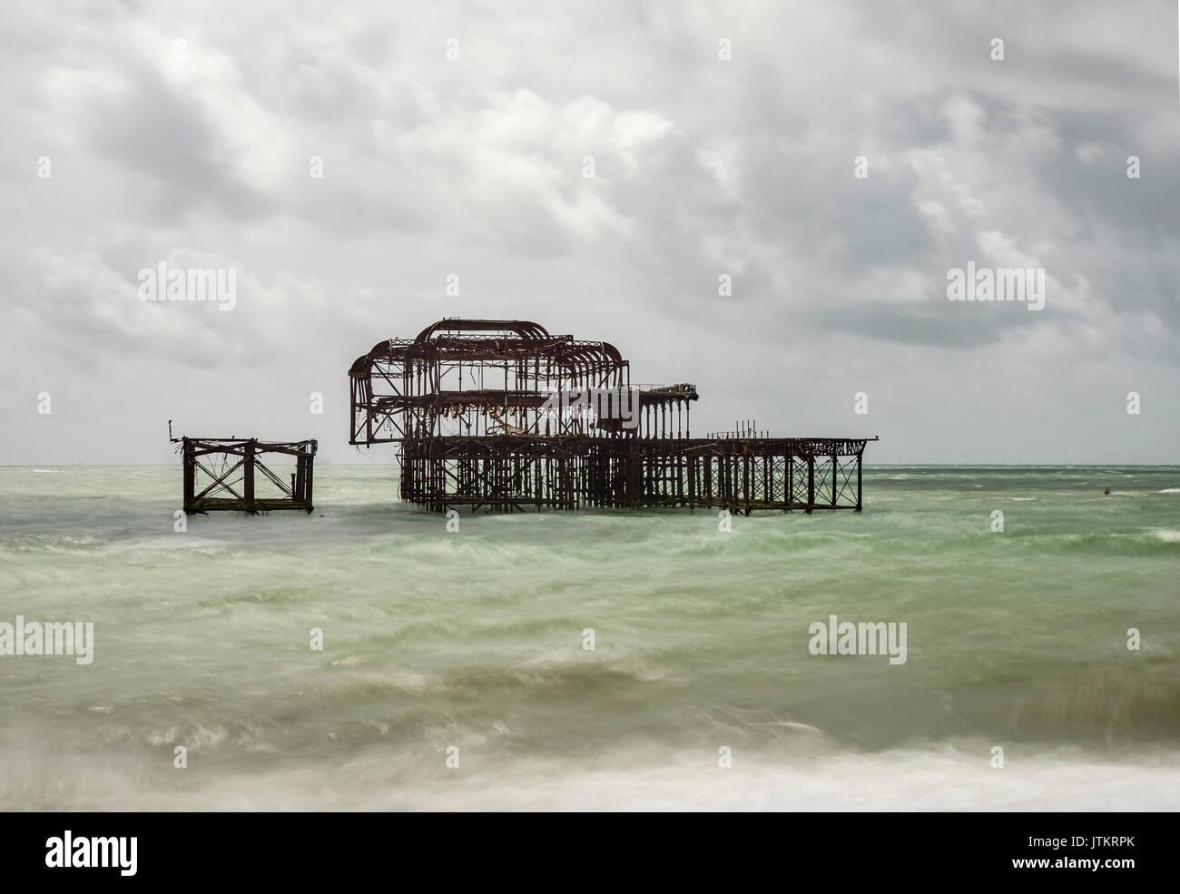La spiaggia di Brighton e rimane spento al Molo Ovest lunga esposizione East Sussex Immagini Stock
