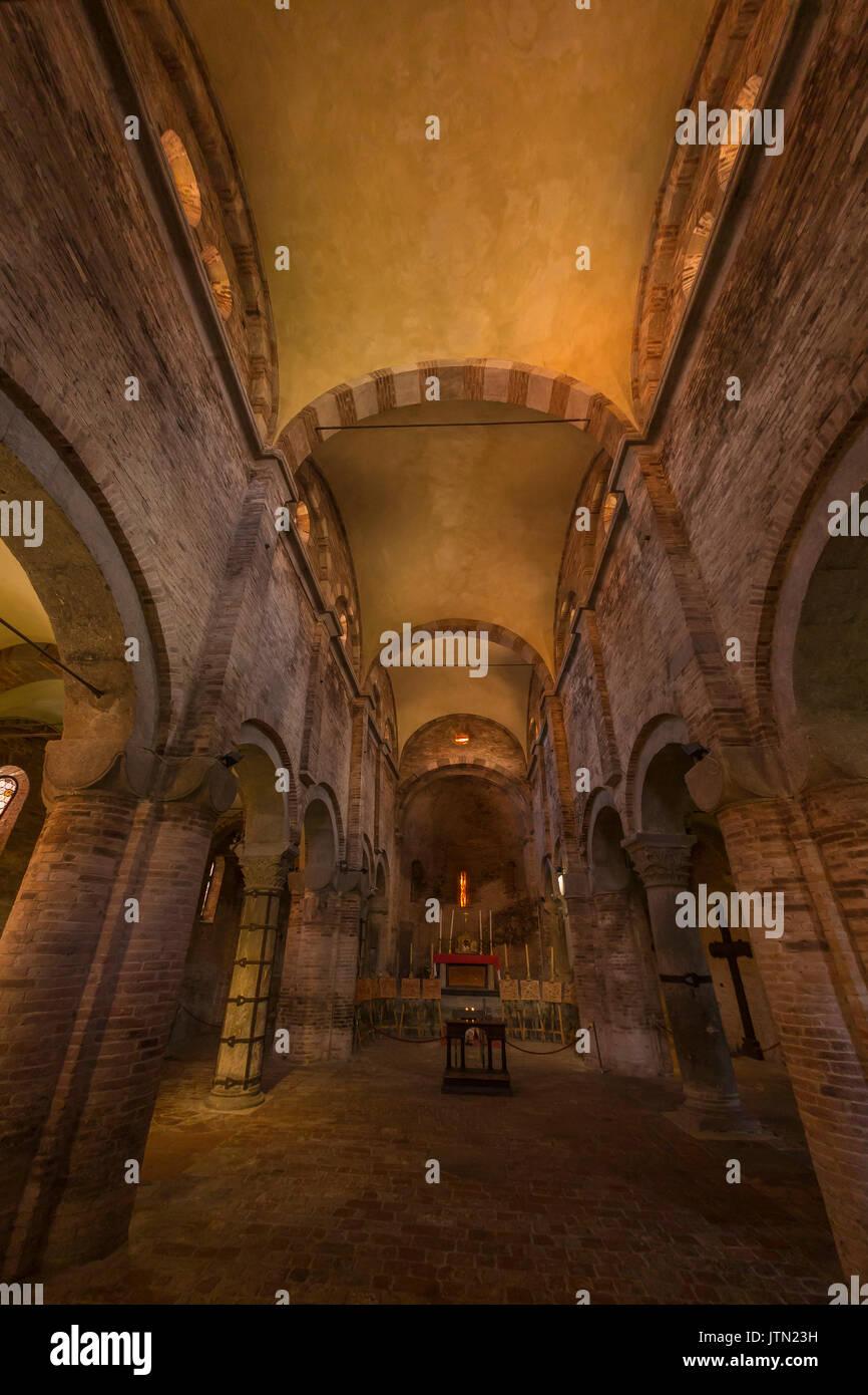 Navata romanica,Basilica di Santo Stefano, Sette Chiese, Sette Chiese, Bologna, regione Emilia Romagna, Italia Immagini Stock