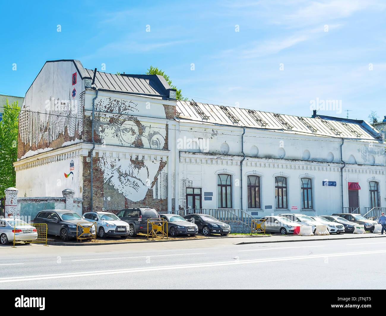 Mosca, Russia - 8 Maggio 2015: Il portret di Hermann Hesse sul vecchio edificio in Savvinskaya terrapieno, il prossimo 8 maggio a Mosca Immagini Stock