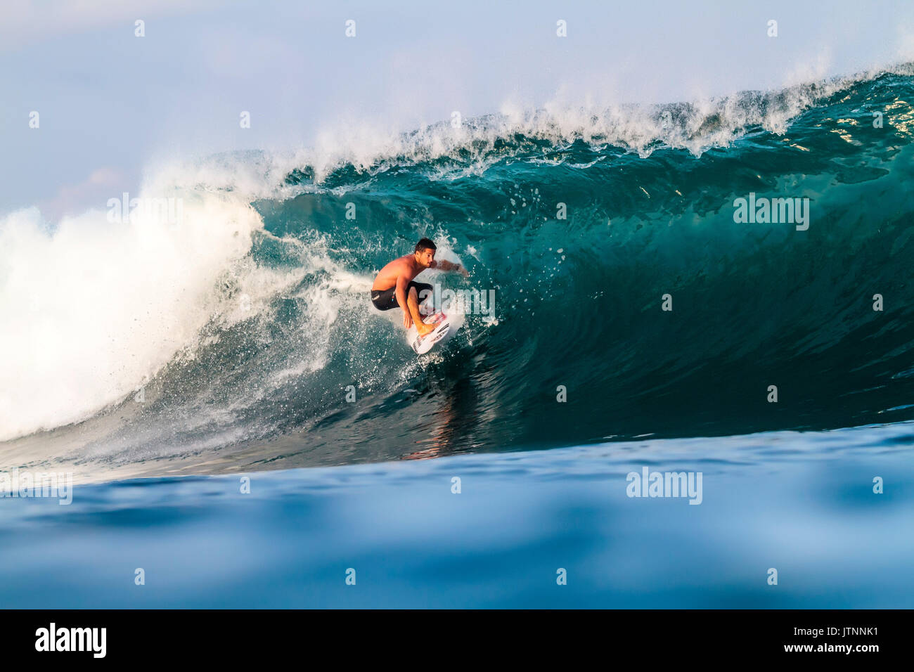 Surfer surf sulle onde, Lakey Peak, Central Sumbawa, Indonesia Foto Stock