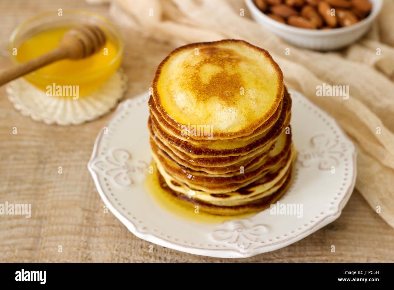Frittelle fatte in casa con miele e noci, prima colazione. Immagini Stock