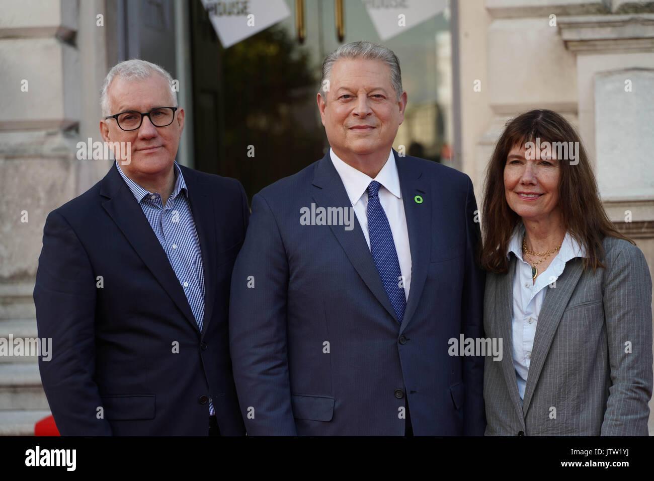 Londra, Regno Unito. 10 Agosto, 2017. Davide e Linda e Diane Weyermann, i produttori di una scomoda verità sequel Foto Stock