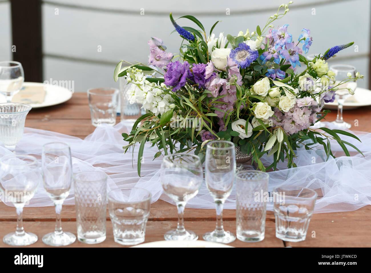 Bicchieri sulla festosa messa in tavola. Wedding decorazioni da tavola  concetto. Impostazione tabella in stile classico, setout. fine art.