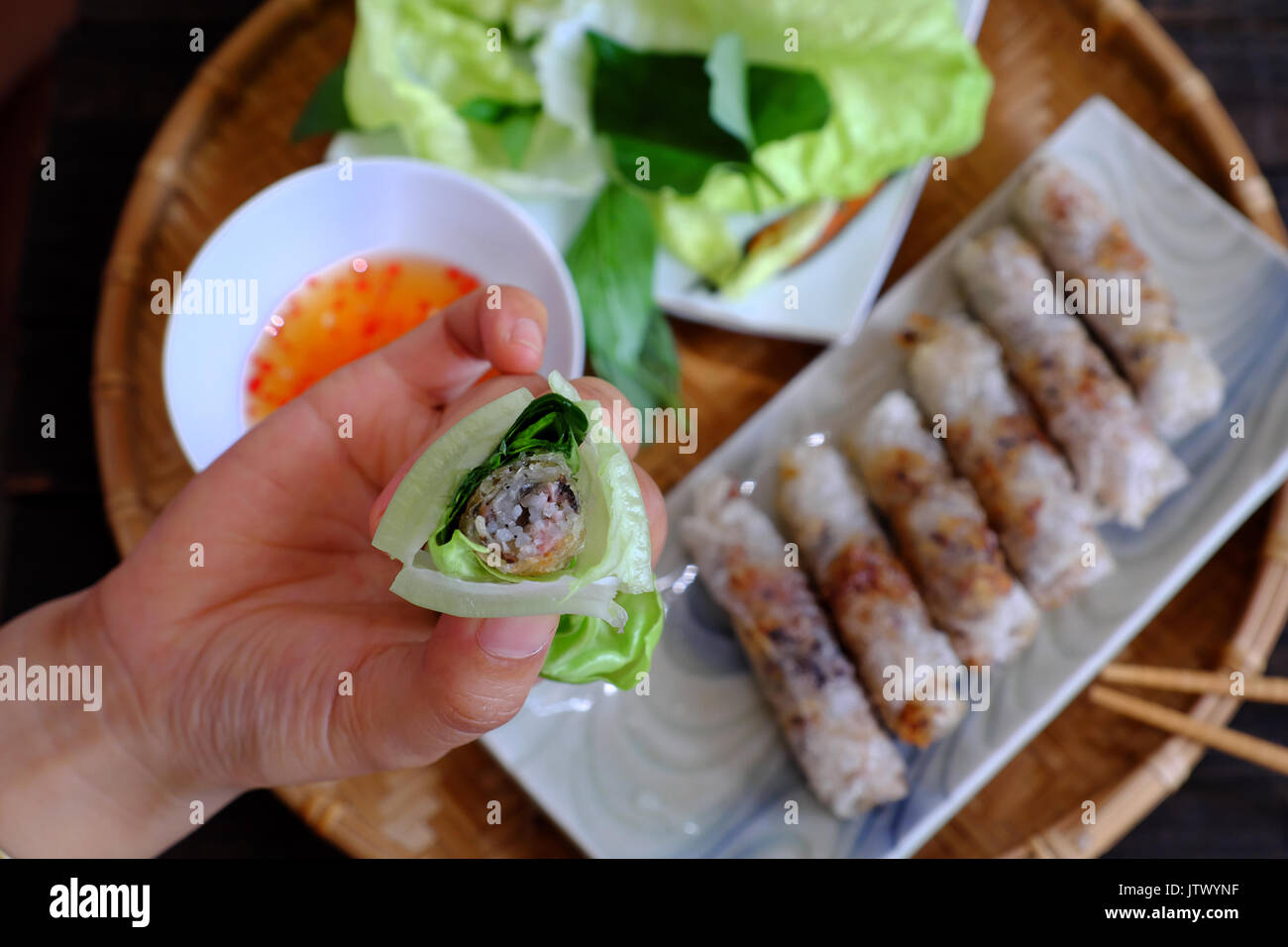 Mangiare spring roll dolci o cha gio è popolare il cibo in cucina in ...